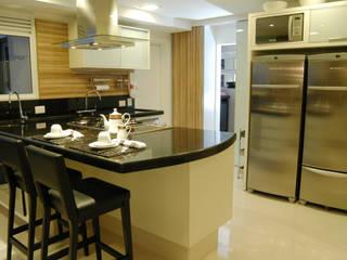 Cozinha/ Espaço gourmet Apartamento Curitiba: Cozinhas  por Flavia Caldeira Bruno Arquitetura e Interiores