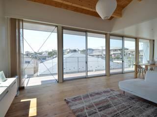 Sunset House: 富田健太郎建築設計事務所が手掛けたリビングです。