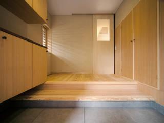 Pasillos, vestíbulos y escaleras de estilo ecléctico de しまだ設計室 Ecléctico
