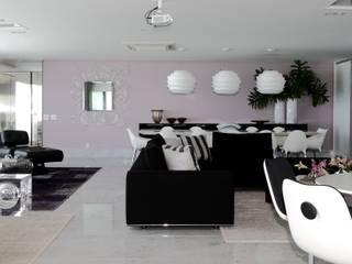 Moderne woonkamers van ROMERO DUARTE & ARQUITETOS Modern