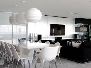 Moderne eetkamers van ROMERO DUARTE & ARQUITETOS Modern