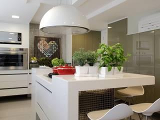 Cozinhas modernas por ROMERO DUARTE & ARQUITETOS