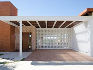 Casa Manacás: Garagens e edículas  por NOMA ESTUDIO,Moderno