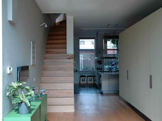 TIEN+ architecten Ingresso, Corridoio & Scale in stile moderno