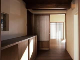 深川の家 House In Fukawa: 飯塚建築工房が手掛けた廊下 & 玄関です。