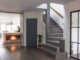 Private Residence, Surrey Pasillos, vestíbulos y escaleras de estilo moderno de Nice Brew Interior Design Moderno