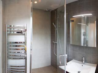 Rue D'arcole: Salle de bain de style de style Moderne par Agence sébastien Markoc