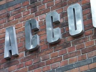 RVS gevelbelettering met doosprofiel-letters:  Kantoor- & winkelruimten door Kouwenbergh Machinefabriek B.V.