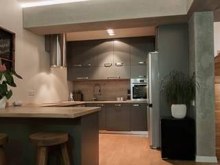 Трехуровневая квартира: Кухни в . Автор – Despace