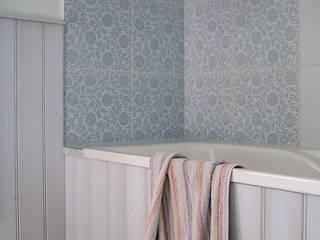 Die skandinavisch anmutende Holzverkleidung an Wänden und Badewanne:  Badezimmer von architektur. malsch - Planungsbüro für Neubau, Sanierung und Energieberatung