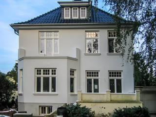 Die Fassade nach der energetischen Sanierung:  Häuser von architektur. malsch - Planungsbüro für Neubau, Sanierung und Energieberatung