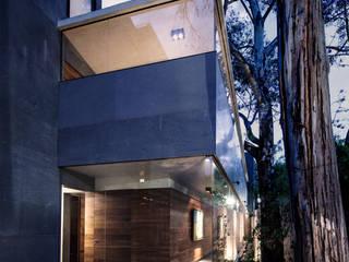 Casa Basaltica: Casas de estilo  por grupoarquitectura