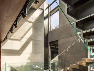 Casa Basaltica Pasillos, vestíbulos y escaleras minimalistas de grupoarquitectura Minimalista