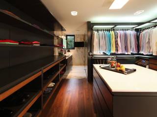 Minimalist dressing room by grupoarquitectura Minimalist