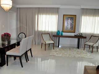 Ingresso, Corridoio & Scale in stile eclettico di Lívia Bonfim Designer de Interiores Eclettico