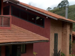 Houses by Ronald Ingber Arquitetura, Rustic