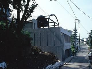 傾斜地の家: 桑原建築設計室が手掛けた家です。,