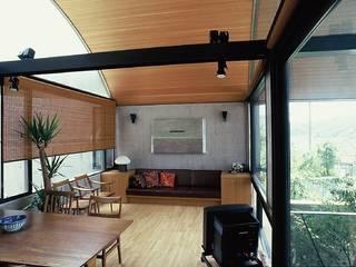 傾斜地の家: 桑原建築設計室が手掛けたリビングです。,