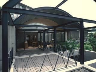 傾斜地の家: 桑原建築設計室が手掛けたテラス・ベランダです。,