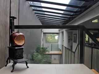 Casa GS: Pasillos y recibidores de estilo  por Iluminarq