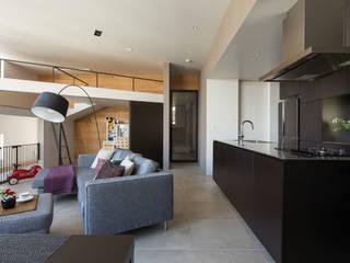 キッチンを中心に家族がひとつになれるいえ: ピコグラム建築設計事務所が手掛けた壁です。