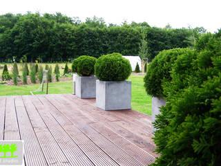 ogród przydomowy z ostrymi kątami od 2o2 studio Nowoczesny