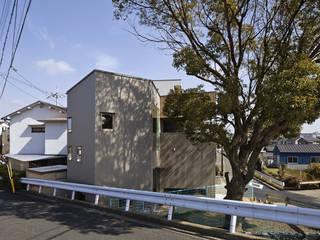 南西道路側から見る: 宮武淳夫建築+アルファ設計が手掛けた家です。