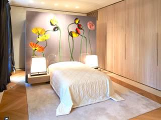 Private Residence München: moderne Schlafzimmer von SilvestrinDesign