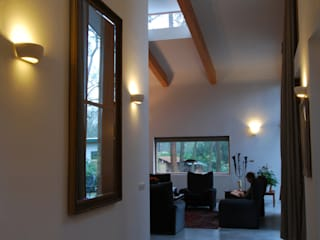 Woonkamer vanuit entree-hal Moderne woonkamers van Thijssen Verheijden Architecture & Management Modern