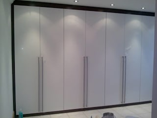 straight long floor to ceiling wardrobe : modern  by Capital Bedrooms, Modern