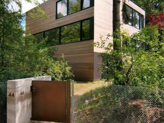 """Holzhaus """"Wohnhaus Tsingas"""" - Niedrigenergiehaus:  Häuser von Helm Westhaus Architekten,Minimalistisch"""