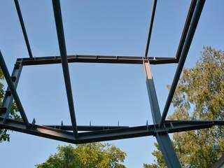 Die liebevoll geplante Konstruktion lässt dem Stahlbauplaner wenig Arbeit:  Multimedia-Raum von atelier martin c. hess