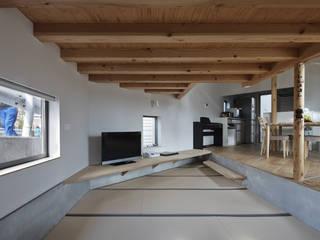 畳みリビング、左の窓は路面とガードレールの間に位置する: 宮武淳夫建築+アルファ設計が手掛けた和室です。,オリジナル