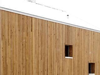 Vollholzhaus in Schüpfheim: minimalistische Häuser von UNIT Architekten