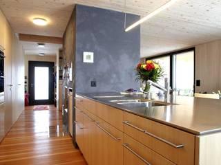 Vollholzhaus in Schüpfheim: ausgefallene Küche von UNIT Architekten