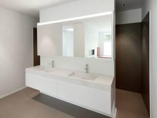 Baños de estilo  de Dominic Schmid Architektur