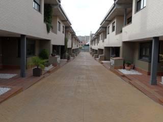 Calle privada interior. Acceso peatonal de las viviendas: Casas de estilo  de DE DIEGO ZUAZO ARQUITECTOS