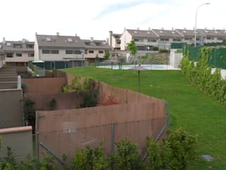 Fachadas a los jardines comunes y patios privados.: Casas de estilo  de DE DIEGO ZUAZO ARQUITECTOS