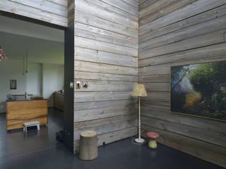 """Holzhaus """"Wohn- und Ateliergebäude Paladino"""" - Niedrigenergiehaus:  Flur & Diele von Helm Westhaus Architekten,Modern"""