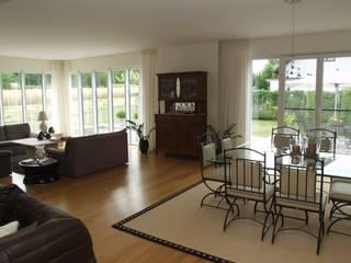 Wohnhaus, van D:  Wohnzimmer von STRAUB Architekten
