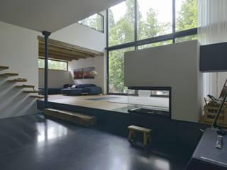 Blick vom Ess- in den Wohnbereich: moderne Wohnzimmer von Helm Westhaus Architekten