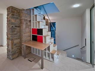 Pasillos, vestíbulos y escaleras de estilo rústico de GUCKES & PARTNER Architekten mbB Rústico