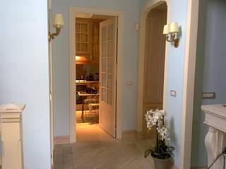 Juan-les-pins Ingresso, Corridoio & Scale in stile classico di Vezzoli Ristrutturazioni S.r.l. Classico