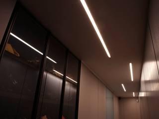 Milano 2: Ingresso & Corridoio in stile  di Vezzoli Ristrutturazioni S.r.l.