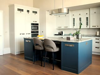Kitchen:  Kitchen by LIVING INTERIORS By Contour Home Design Ltd