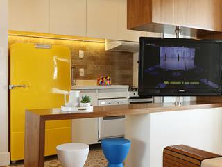 Cozinha e Living integrados: Cozinhas  por Duda Senna Arquitetura e Decoração
