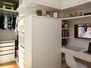 Suíte - Closet : Quarto  por Duda Senna Arquitetura e Decoração