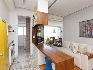 Living e Cozinha integrados: Salas de estar  por Duda Senna Arquitetura e Decoração