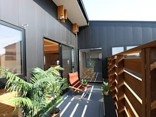 Modern style balcony, porch & terrace by 遠藤浩建築設計事務所 H,ENDOH ARCHTECT & ASSOCIATES Modern