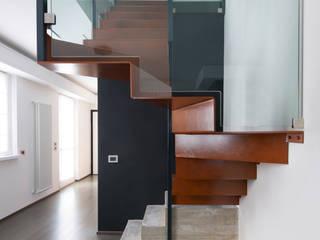 Progettazione e realizzazione scala interna Ingresso, Corridoio & Scale in stile industriale di HABITO Industrial